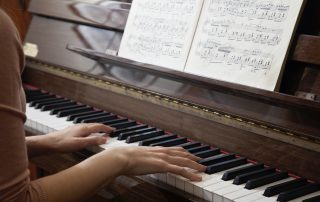 Will my piano play differently on hot or cold days?